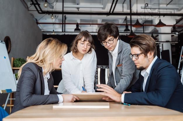Geschäftsleute, die diskussion bei der sitzung haben Kostenlose Fotos