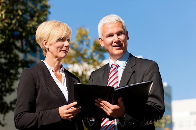 Geschäftsleute, die draußen sprechen Premium Fotos