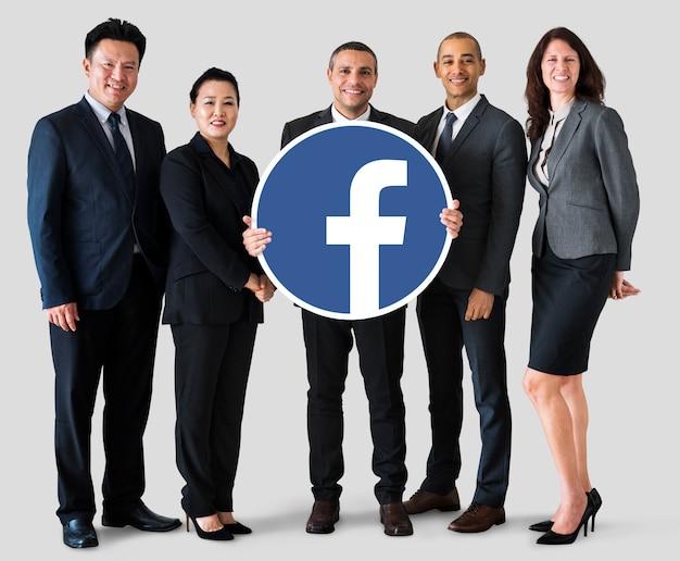 Geschäftsleute, die ein facebook-symbol zeigen Kostenlose Fotos