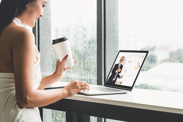 Geschäftsleute, die ein meeting online haben Premium Fotos