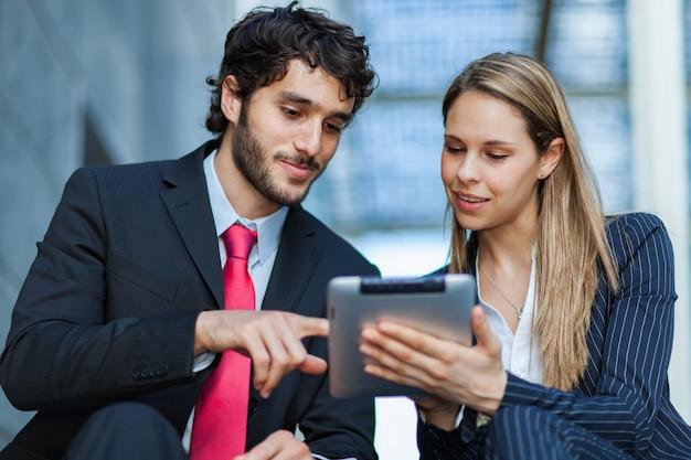 Geschäftsleute, die eine digitale tablette verwenden Premium Fotos