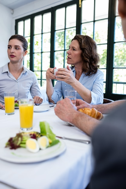 Geschäftsleute, die eine sitzung im restaurant haben Premium Fotos