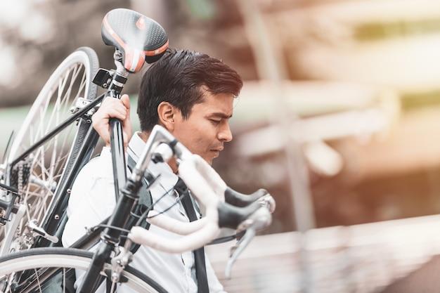 Geschäftsleute, die fahrrad fahren Premium Fotos