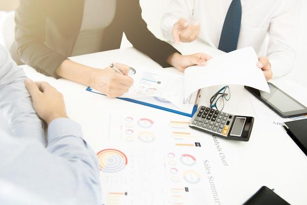Geschäftsleute, die finanzdokumente besprechen Premium Fotos