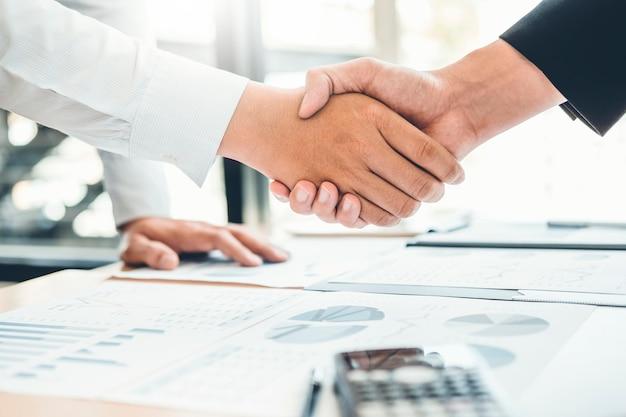 Geschäftsleute, die hände rütteln planungsstrategie-analyse-konzept rütteln Premium Fotos