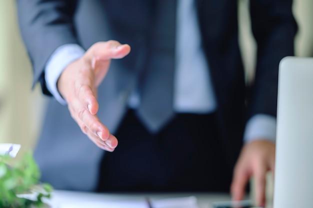 Geschäftsleute, die hand auszustrecken, um zu hacken. Premium Fotos