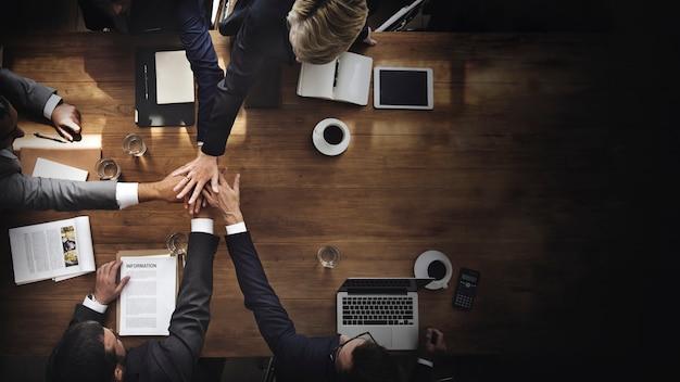 Geschäftsleute, die ihre hände stapeln Premium Fotos