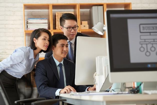 Geschäftsleute, die im büro arbeiten Kostenlose Fotos