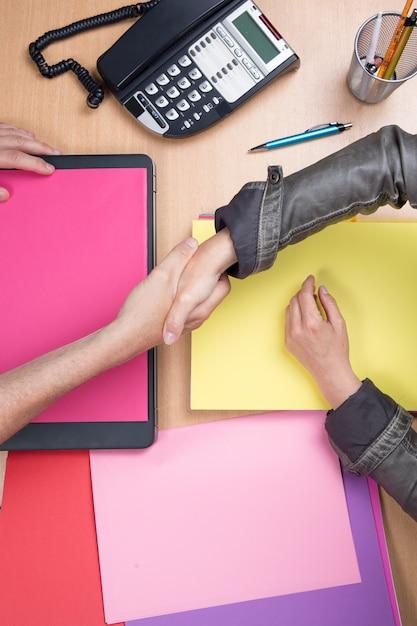Geschäftsleute, die im büro sich treffen und hände, vereinbarung rütteln Premium Fotos