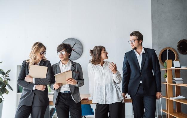 Geschäftsleute, die im büro stehen Kostenlose Fotos