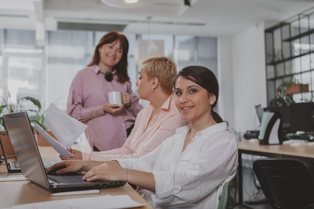 Geschäftsleute, die im büro zusammenarbeiten Premium Fotos