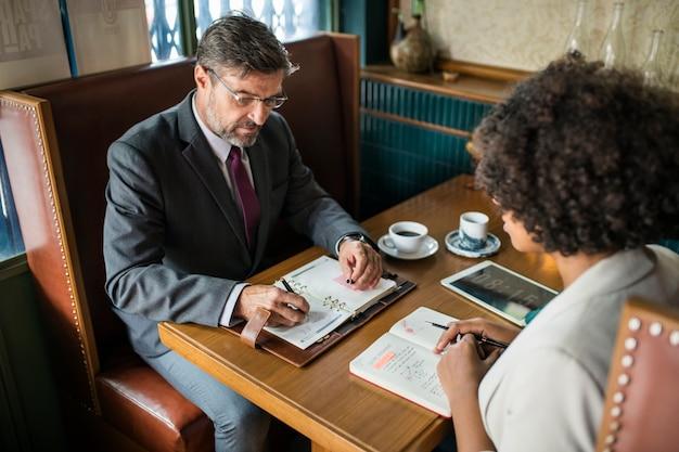 Geschäftsleute, die im café sich besprechen Kostenlose Fotos