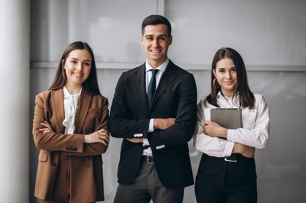 Geschäftsleute, die im team in einem büro arbeiten Kostenlose Fotos