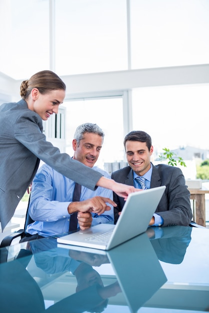 Geschäftsleute, die laptop-computer betrachten Premium Fotos
