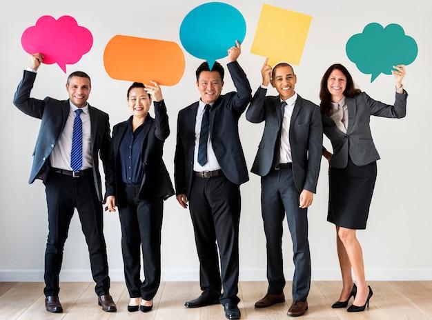 Geschäftsleute, die mitteilungskästen halten Premium Fotos