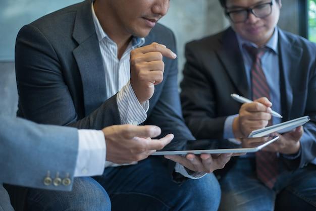 Geschäftsleute, die sich zusammen im konferenzzimmer besprechen Premium Fotos