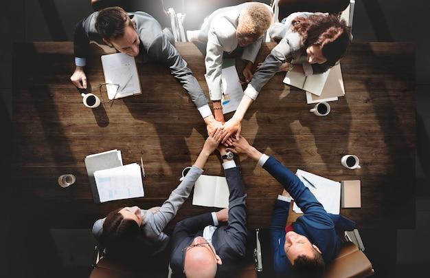 Geschäftsleute, die unternehmensverbindungs-zusammengehörigkeits-konzept treffen Premium Fotos