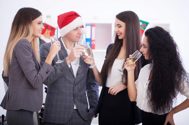 Geschäftsleute, die weihnachten feiern. Premium Fotos