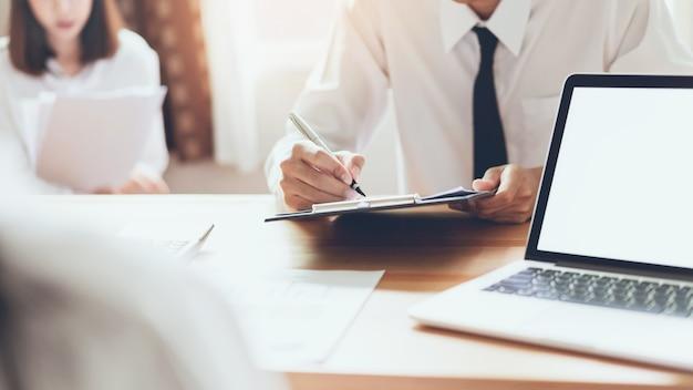 Geschäftsleute, die zusammen an laptop beim treffen von designideen arbeiten. weinleseton. Premium Fotos