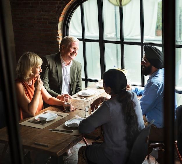 Geschäftsleute, die zusammen konzept essen Premium Fotos