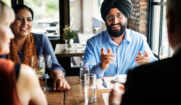 Geschäftsleute, die zusammen konzept speisen Premium Fotos