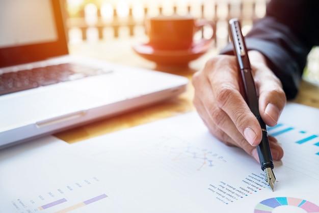Geschäftsleute diskutieren finanzielle charts - closeup schuss von händen über tabelle Kostenlose Fotos