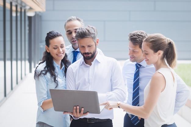 Geschäftsleute diskutieren über laptop Kostenlose Fotos