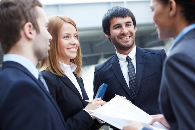 Geschäftsleute diskutieren Kostenlose Fotos