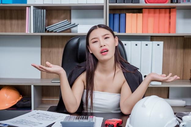 Geschäftsleute, frauen, die mit stress und müdigkeit im büro arbeiten. Kostenlose Fotos