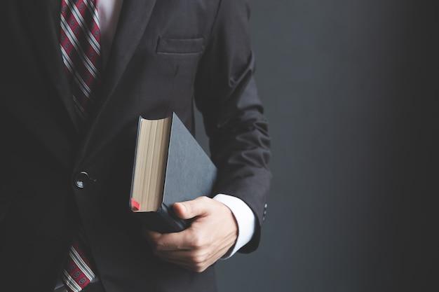 Geschäftsleute halten eine bibel. Premium Fotos