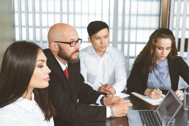 Geschäftsleute im modernen büro Premium Fotos