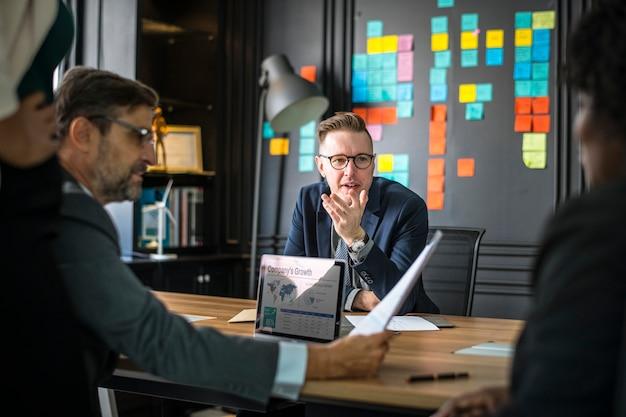 Geschäftsleute in einer besprechung Kostenlose Fotos