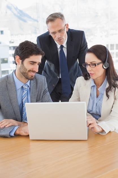 Geschäftsleute in einer telefonkonferenz Premium Fotos