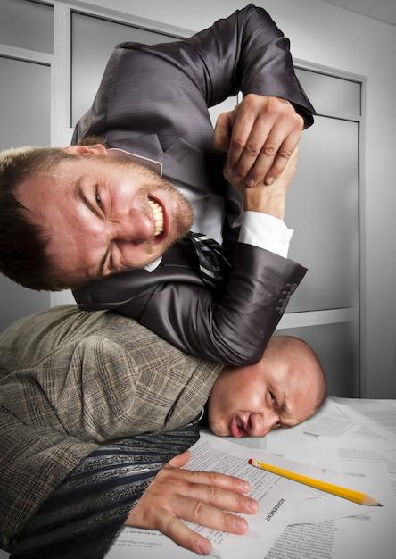 Geschäftsleute kämpfen im büro Premium Fotos