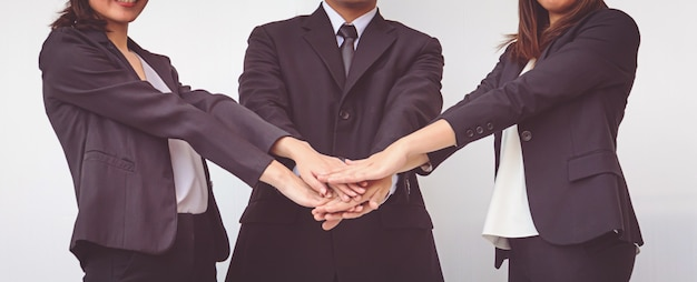 Geschäftsleute koordinieren hände. konzept teamarbeit Premium Fotos