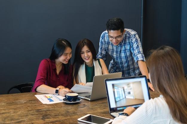 Geschäftsleute mit gelegenheitsklage brainstrom treffen mit technologieausrüstung Premium Fotos