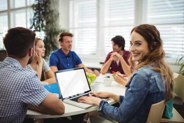 Geschäftsleute mit laptop Kostenlose Fotos