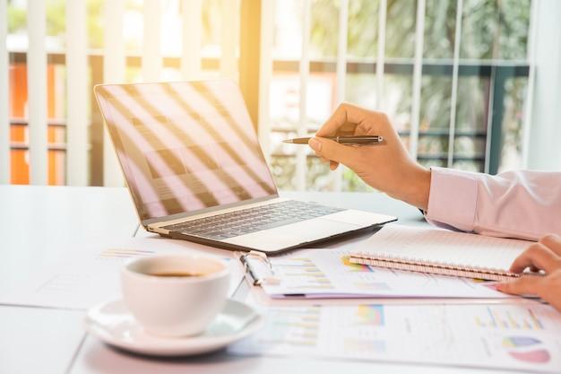 Geschäftsleute mit touchpad beim treffen Premium Fotos