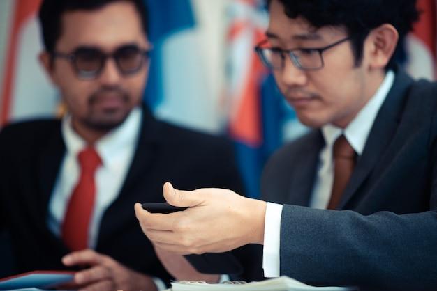 Geschäftsleute nutzen ein smartphone im online-geschäft moderne online-geschäftskonzepte Premium Fotos