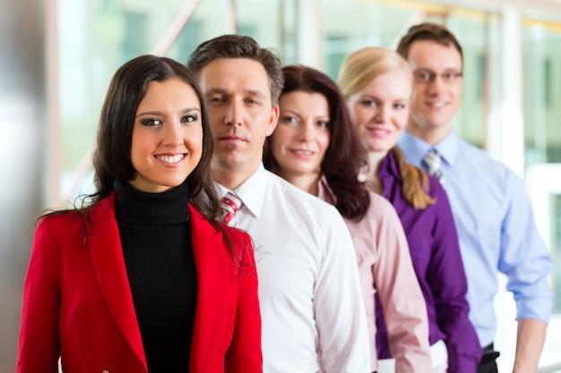 Geschäftsleute oder team im büro Premium Fotos