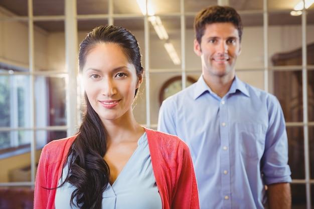 Geschäftsleute posieren zusammen Premium Fotos