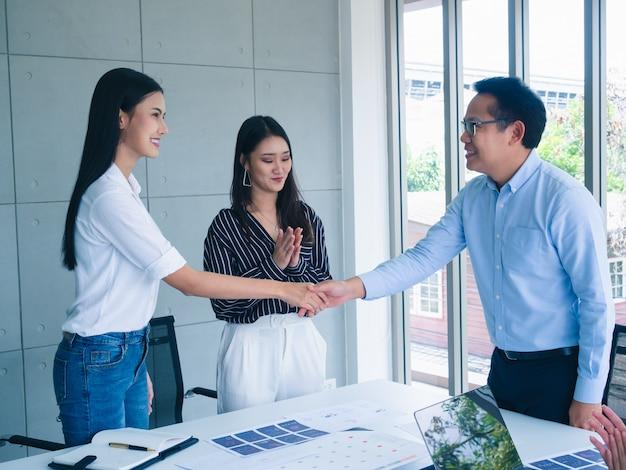 Geschäftsleute rütteln hand im büro Premium Fotos