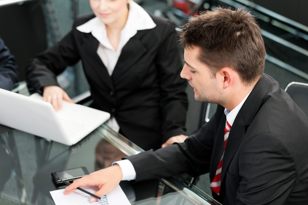 Geschäftsleute - teambesprechung in einem büro mit laptop Premium Fotos