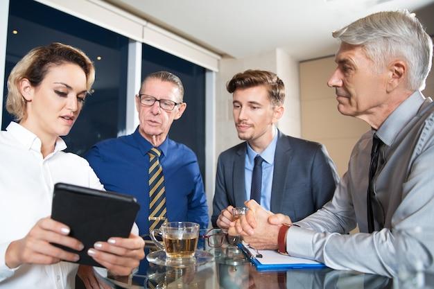 Geschäftsleute treffen im cafe und verwenden von tablet Kostenlose Fotos