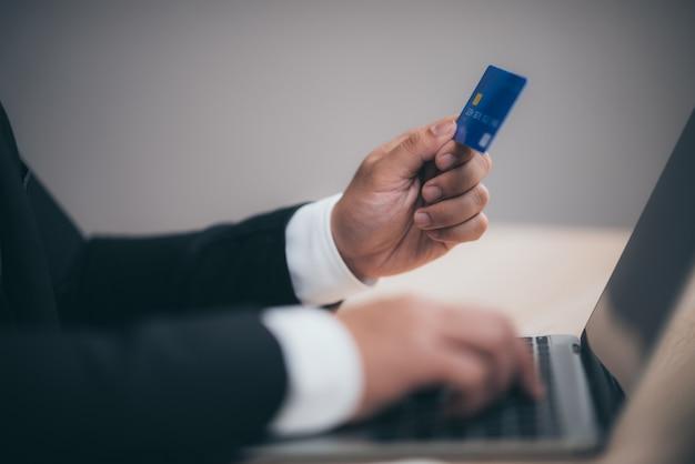 Geschäftsleute verwenden kreditkarten, um finanztransaktionen bei der arbeit durchzuführen Premium Fotos