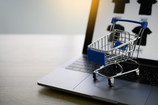 Geschäftsleute verwenden technologie-e-commerce-internet-globalen marketing-einkaufsplan Premium Fotos