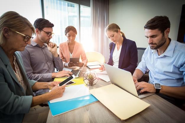 Geschäftsleute während eines meetings Premium Fotos