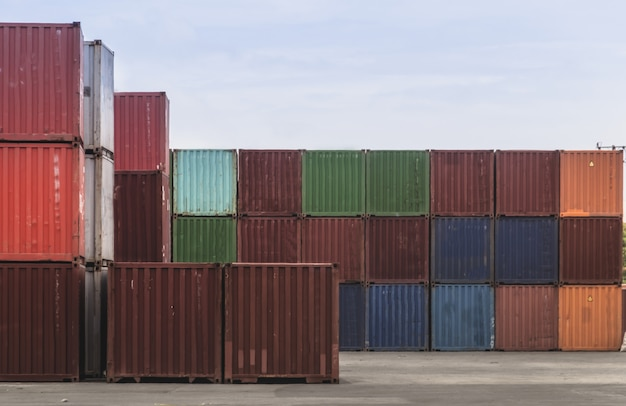 Geschäftslogistikkonzept, globale verbindung der karte eines frachtschiffes der containerfracht Premium Fotos