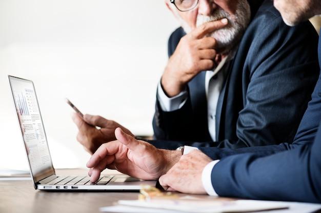 Geschäftsmänner, die computerlaptop verwenden Kostenlose Fotos