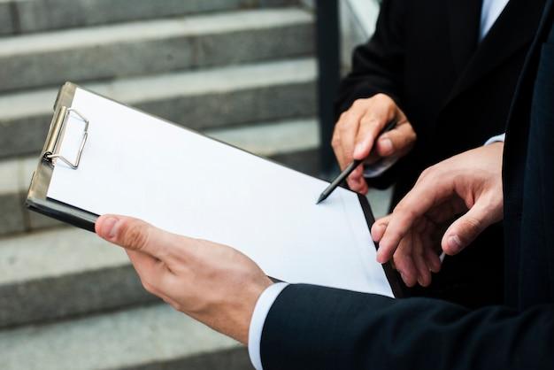 Geschäftsmänner, die nahaufnahme besprechen Kostenlose Fotos